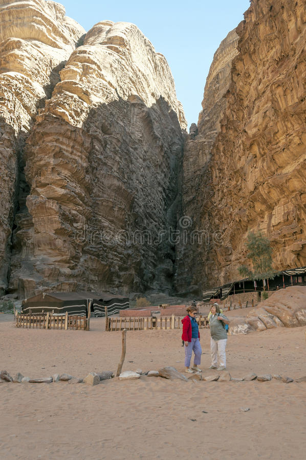 Turistas en el desierto de Wadi Rum en Jordania fotografía de archivo