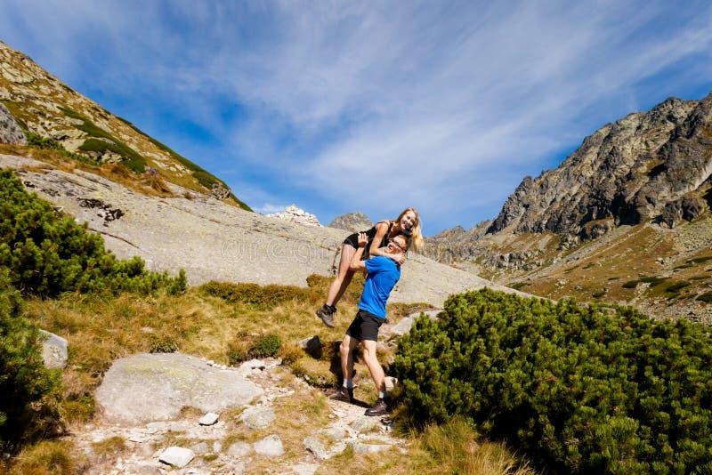 Turistas en el dolina eslovaco de Mlynicka foto de archivo
