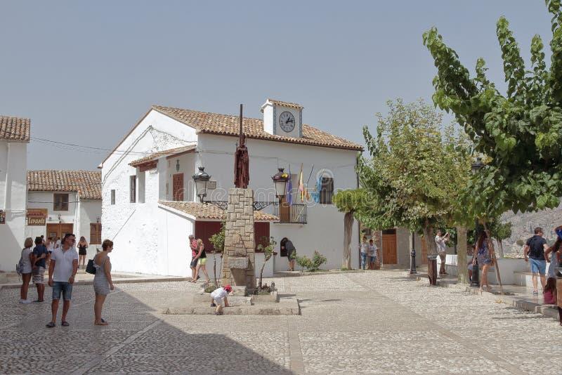 Turistas en el EL Castell de Guadalest fotografía de archivo