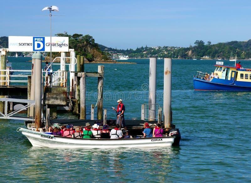 Turistas en el embarcadero de Paihia imágenes de archivo libres de regalías