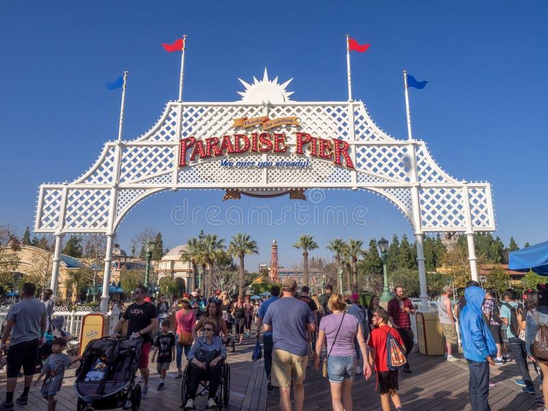 Turistas en el embarcadero del paraíso, parque de la aventura de Disney California foto de archivo