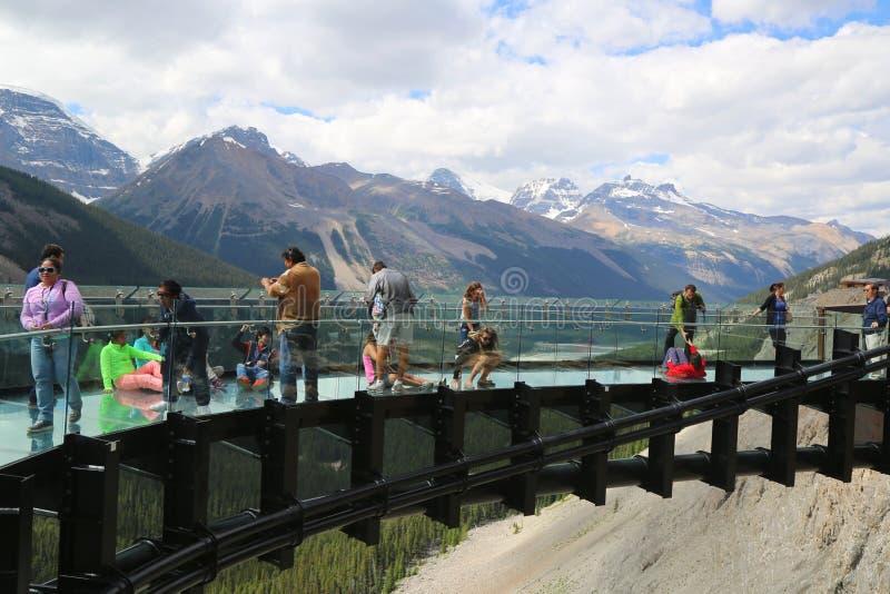 Turistas en el glaciar Skywalk en Jasper National Park fotos de archivo libres de regalías