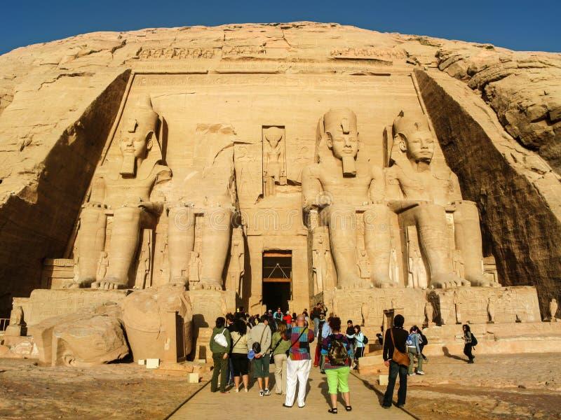 Turistas en el gran templo de Abu Simbel, Egipto foto de archivo libre de regalías