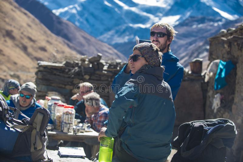 Turistas en el Himalaya que miran el mapa, región Nepal de Manang, noviembre de 2017, editorial fotos de archivo