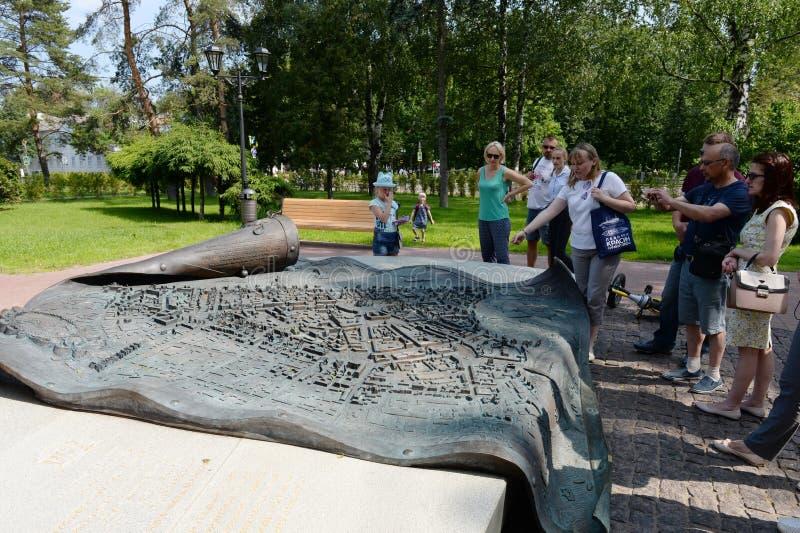 Turistas en el monumento - la voluta revelada con el decreto de Catherine II en la aprobación del plan regular de la ciudad de fotos de archivo