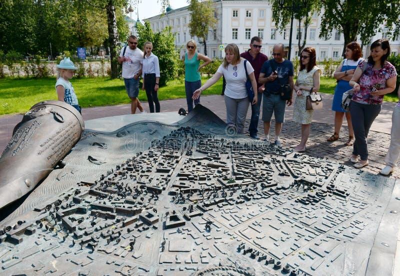 Turistas en el monumento - la voluta revelada con el decreto de Catherine II en la aprobación del plan regular de la ciudad de imagenes de archivo