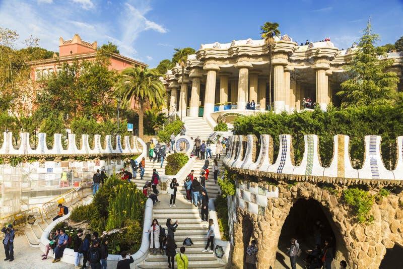 Turistas en el parque Guell en Barcelona, Cataluña, foto de archivo libre de regalías