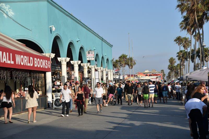 Turistas en el paseo marítimo de Venice Beach en un fin de semana del día de fiesta fotografía de archivo libre de regalías
