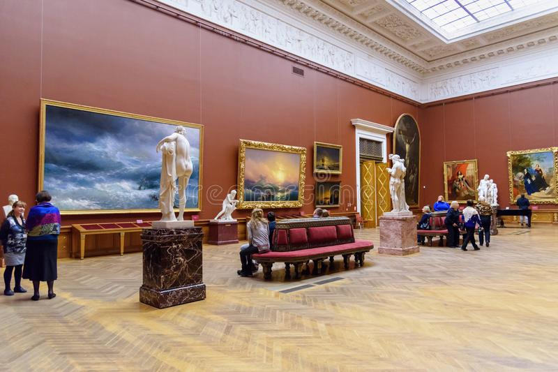 Turistas en el pasillo del museo ruso del estado en St Petersburg Rusia fotografía de archivo libre de regalías