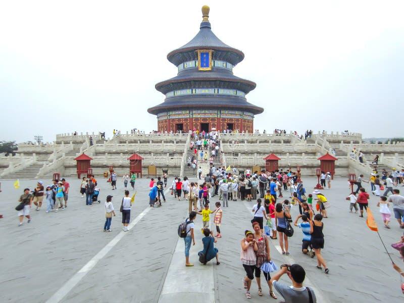 Turistas en el Pasillo del rezo para las buenas cosechas en Pekín fotos de archivo libres de regalías