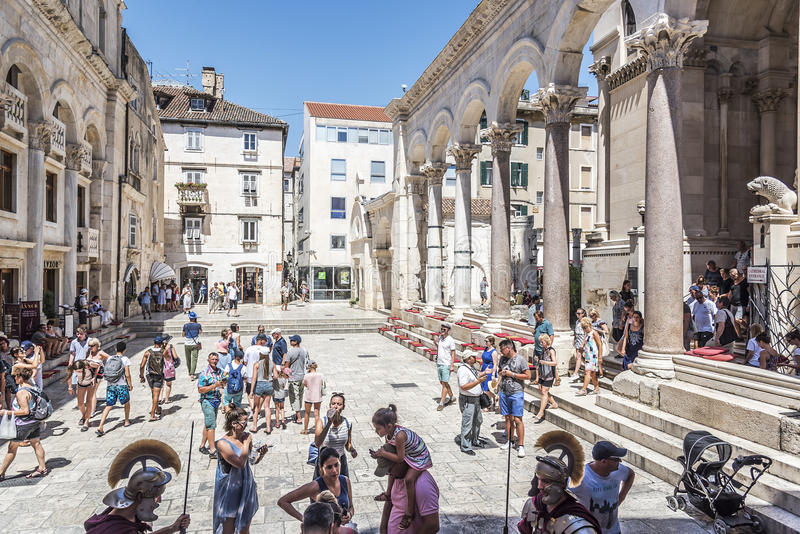 Turistas en el Peristil cuadrado en palacio del ` s de Diocletian imagenes de archivo