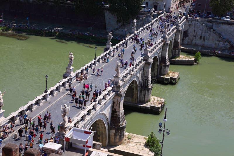 Turistas en el puente de Sant Ángel fotografía de archivo