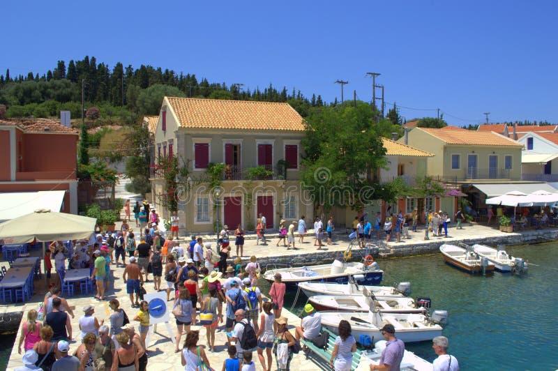 Turistas en el puerto de Fiskardo, isla Grecia de Kefalonia foto de archivo