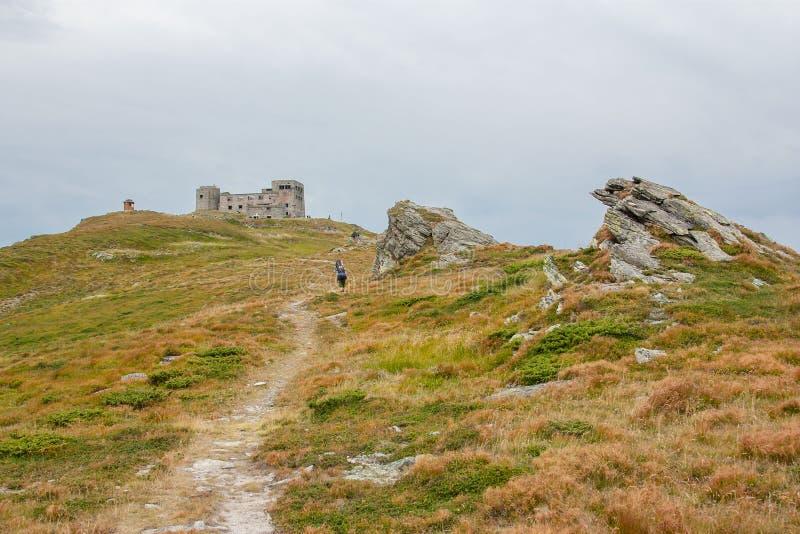 Turistas en el rastro en las montañas Vista panorámica de las montañas rocosas de los Cárpatos, Ucrania imagenes de archivo