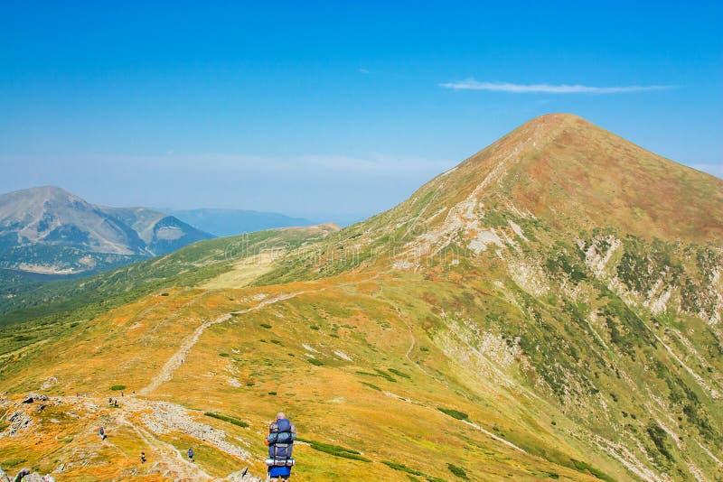 Turistas en el rastro en las montañas Vista panorámica de las montañas rocosas de los Cárpatos, Ucrania fotos de archivo libres de regalías