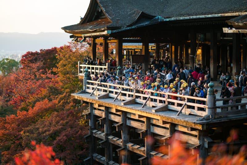 Turistas en el templo de Kiyomizu Dera en Kyoto, Japón fotografía de archivo libre de regalías