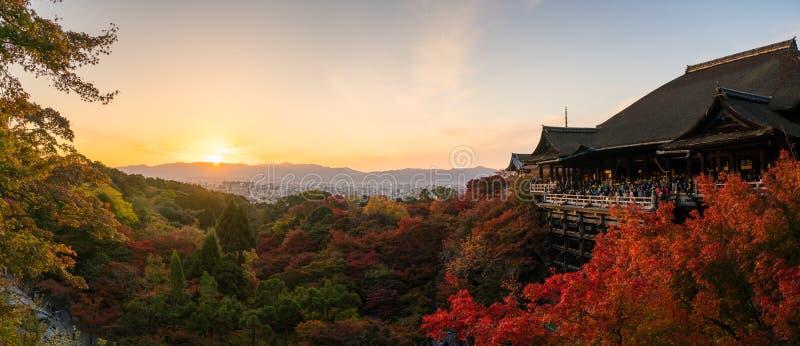 Turistas en el templo de Kiyomizu Dera en Kyoto, Japón fotos de archivo libres de regalías