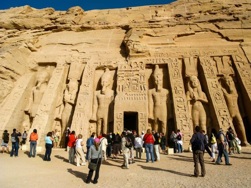 Turistas en el templo de Nefertari de Hathor en Abu Simbel, Egipto foto de archivo libre de regalías