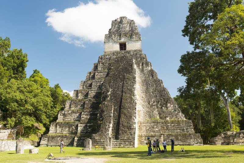 Turistas en el templo I en Tikal imagen de archivo libre de regalías