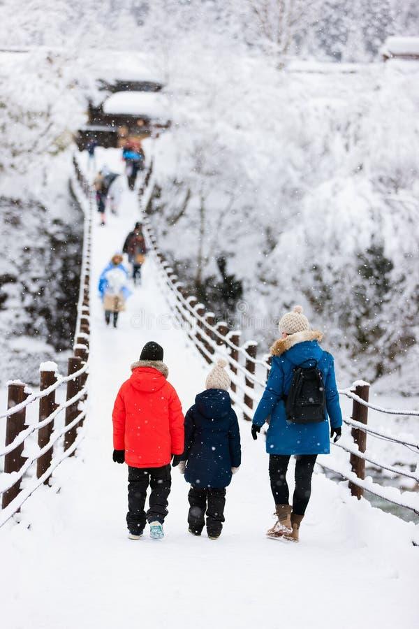 Turistas en Japón en el invierno foto de archivo libre de regalías