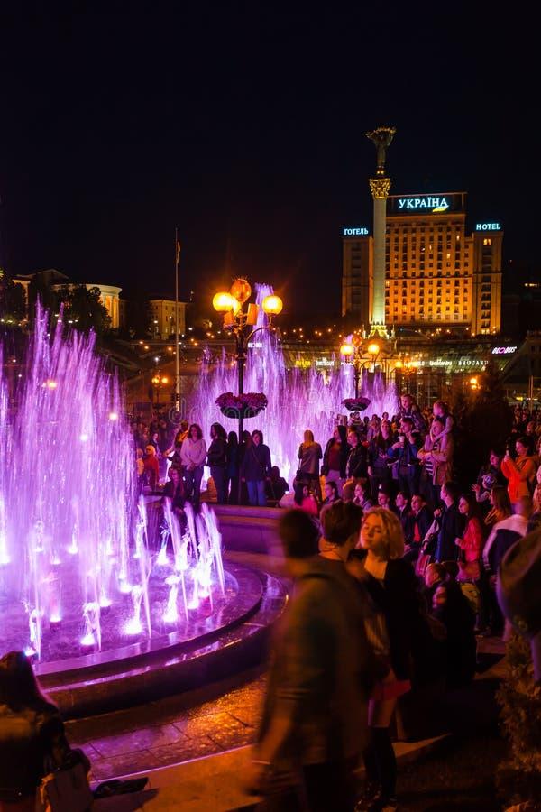 Turistas en la abertura de las fuentes del canto en Kiev foto de archivo libre de regalías