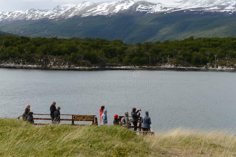 Turistas en la bahía Lapataia en el parque nacional de Tierra del Fuego foto de archivo