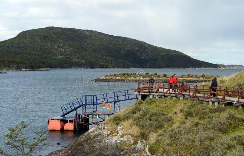 Turistas en la bahía Lapataia en el parque nacional de Tierra del Fuego fotografía de archivo