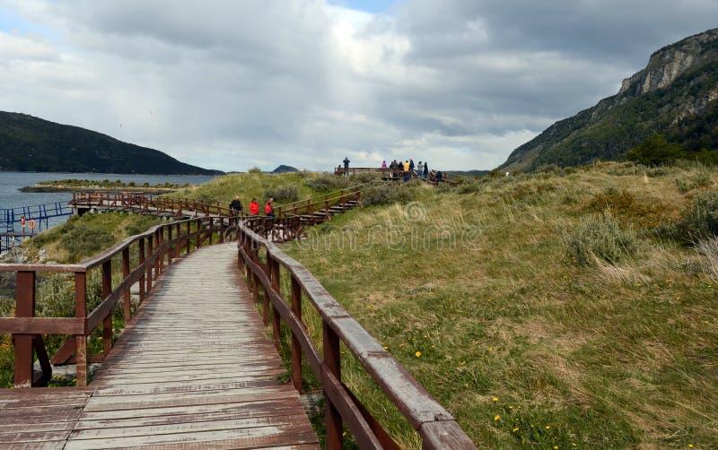 Turistas en la bahía Lapataia en el parque nacional de Tierra del Fuego imagenes de archivo