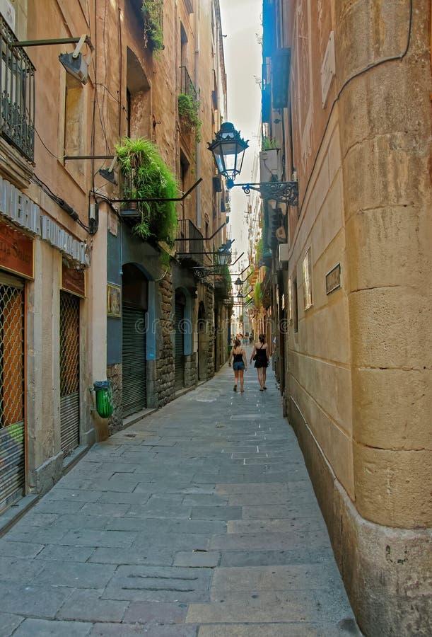 Turistas en la calle apretada del cuarto gótico en Barcelona imagenes de archivo