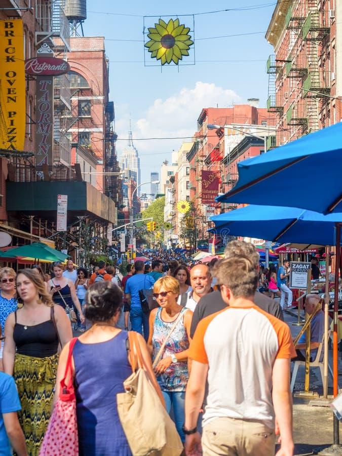 Turistas en la calle de la mora en poca Italia, New York City foto de archivo