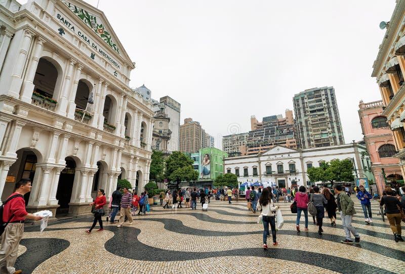 Turistas en la casa santa de la misericordia en el cuadrado de Senado en Macao imagen de archivo