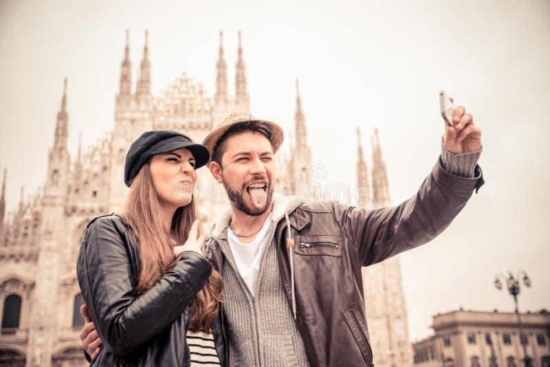 Turistas en la catedral del Duomo, Milán fotografía de archivo libre de regalías