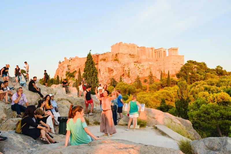Turistas en la colina de Areopagus foto de archivo