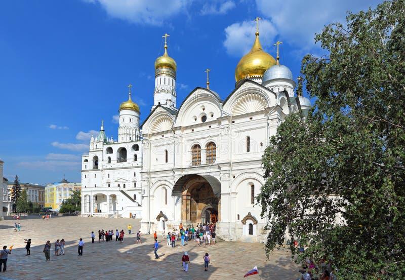 Turistas en la excursión en la Moscú el Kremlin imagenes de archivo