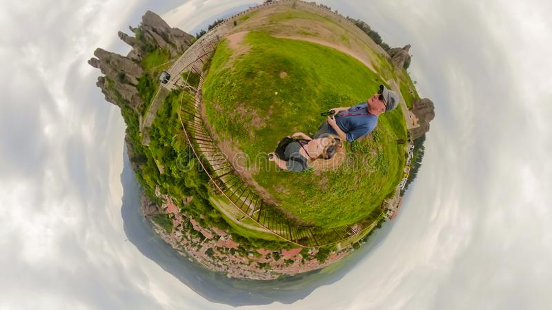 Turistas en la fortaleza Bulgaria de Belogradchik fotografía de archivo libre de regalías