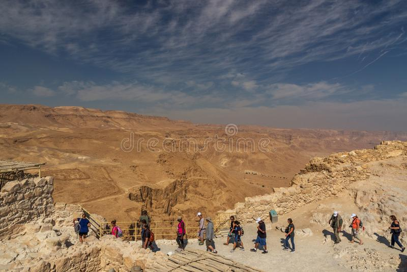 Turistas en la fortaleza de Masada, parque nacional, Judea, Israel imagen de archivo libre de regalías