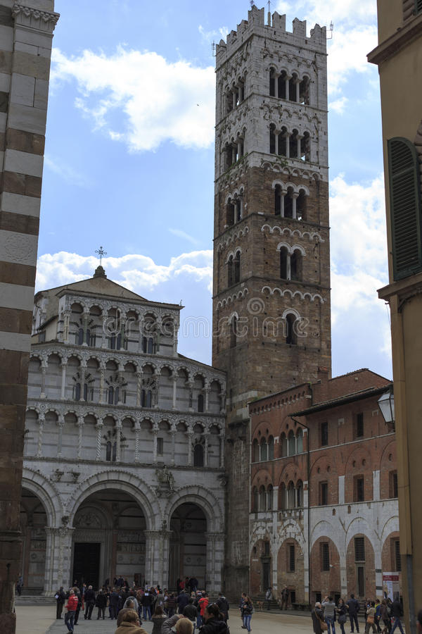Turistas en la iglesia en Lucca Italia fotos de archivo libres de regalías
