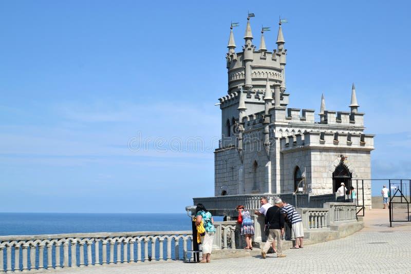 Turistas en la jerarquía del trago del castillo en Crimea imagenes de archivo