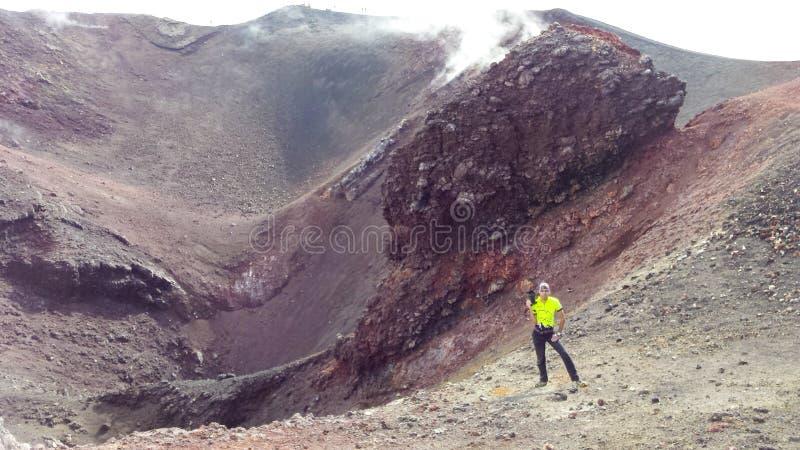 Turistas en la montaña del Etna fotos de archivo libres de regalías