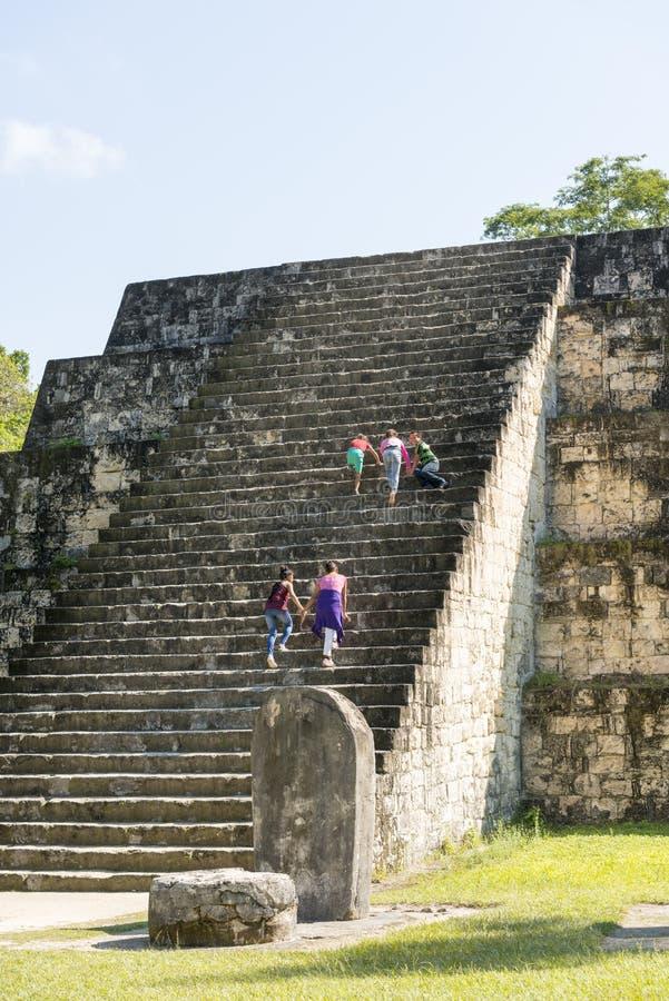 Turistas en la pirámide maya en Tikal foto de archivo libre de regalías