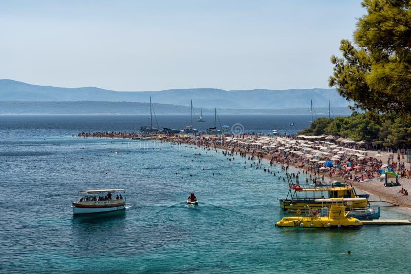 Turistas en la playa, Croacia imagenes de archivo