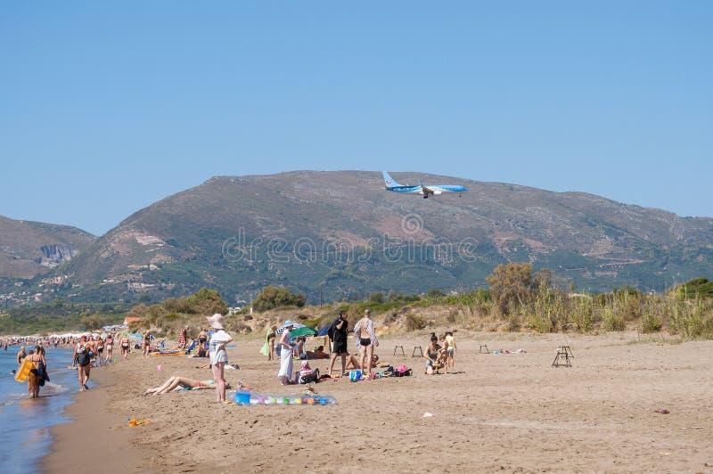 Turistas en la playa de Kalamaki, Zakynthos fotografía de archivo