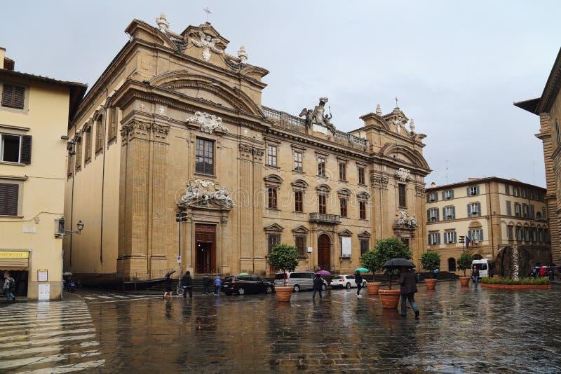 Turistas en la plaza di San Firenze en Florencia, Italia foto de archivo
