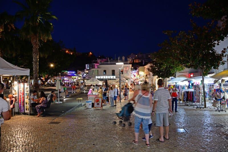Turistas en la plaza en la noche, Albufeira foto de archivo libre de regalías