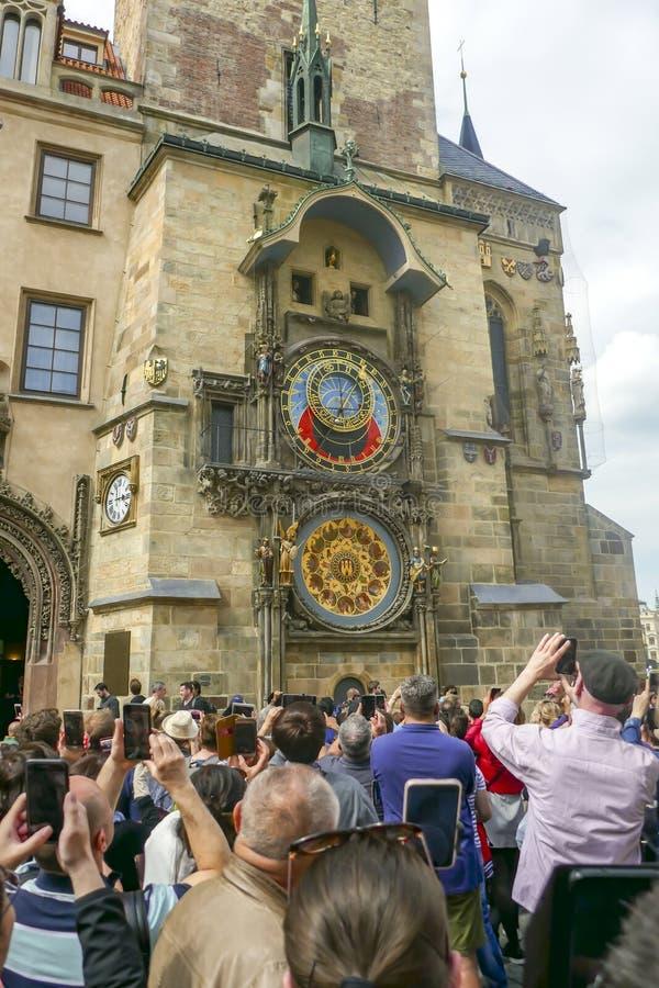 Turistas en la procesi?n de los ap?stoles en el reloj astron?mico en la ciudad vieja Praga, Rep?blica Checa fotos de archivo