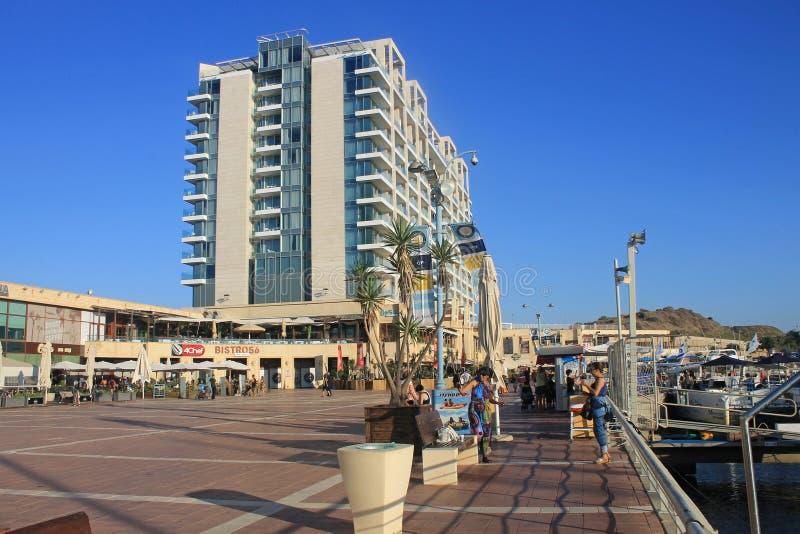 Turistas en la 'promenade' y Ritz-Carlton Herzliya Hotel en ella fotografía de archivo libre de regalías