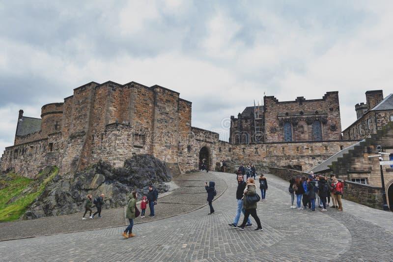 Turistas en la puerta de Foog's, la puerta del principio a la sala superior dentro del castillo de Edimburgo, Escocia, Reino Un imagenes de archivo