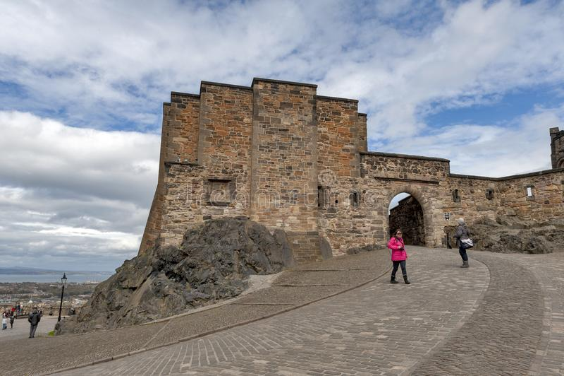 Turistas en la puerta de Foog's, la puerta del principio a la sala superior dentro del castillo de Edimburgo, Escocia, Reino Un fotos de archivo
