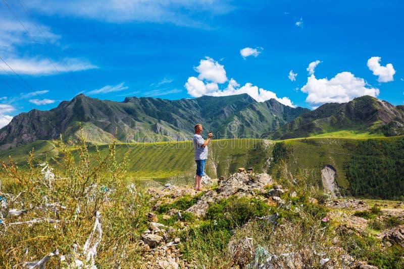 Turistas en las cuestas de montaña Rep?blica de Altai, Rusia imágenes de archivo libres de regalías