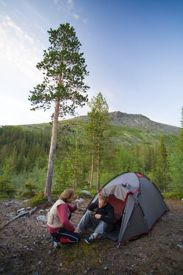 Turistas en las montañas imagen de archivo